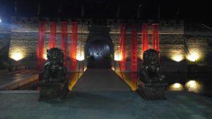 Ворота в Китае ночью